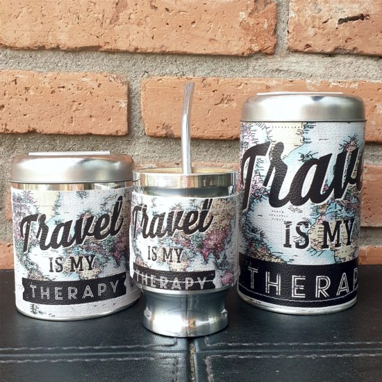 Par latas + mate Travel is my therapy GP Diseño 1